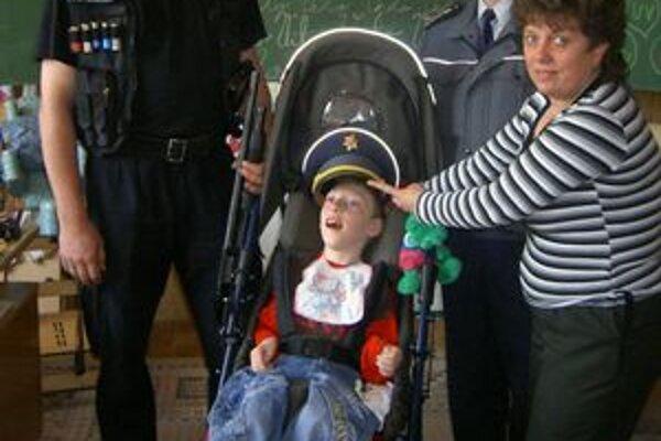 Železniční policajti prišli medzi postihnuté deti.