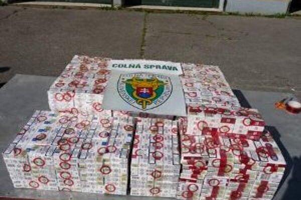 V predajni našli policajti 10-tisíc kusov cigariet.