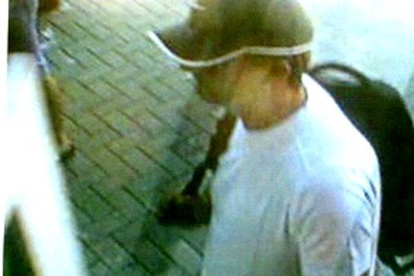 Takto zachytili lupiča bezpečnostné kamery. Polícia prosí o pomoc pri dolapení páchateľa.