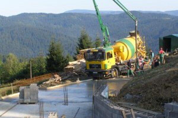 Práce na stavbe nového chrámu pokračujú.