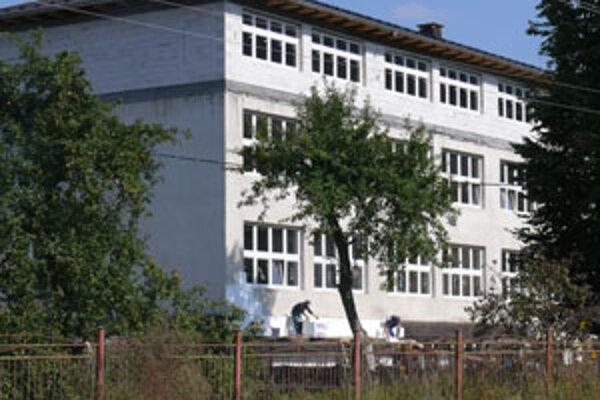 Práce na rekonštrukcii školy by mali skončiť v jeseni 2010.