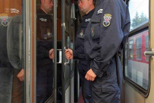 Dvaja muži neušli pozornosti železničných policajtov, ktorí kontrolovali rýchlik Excelsior.