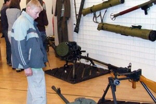 Žiakov výstava, kde si mohli pozrieť zaujímavé historické zbrane, zaujala.