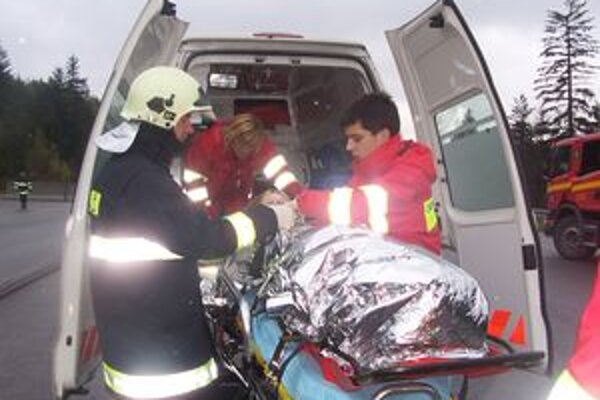 Kysuce majú náročný terén, záchranárom často musia pomáhať aj hasiči.