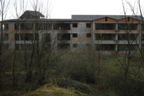 Z rozostavanej základnej školy sa po dvadsiatich rokoch stáva ruina.