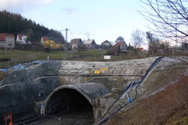 Stavba novéh tunela, ktorý sa prepadol, sa posunie o jeden rok.