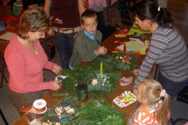 Ako sa vyrábajú vianočné svietniky a vence ukázala deťom kvetinárka.