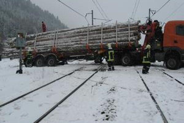 Na priecestí so svetelnou signalizáciou zostal dve hodiny visieť kamión.
