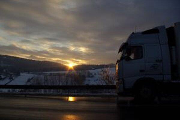 Kysucký Svrčinovec stále obliehajú kamióny, ktoré bez palubných jednotiek na slovenský mýtny systém prichádzajú z českej strany.