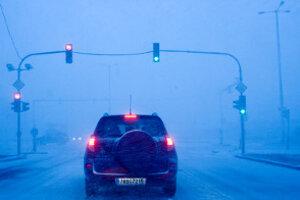 Všetky cestné komunikácie a horské priechody v Žilinskom kraji sú napriek pokračujúcemu pomerne intenzívnemu sneženiu zjazdné.