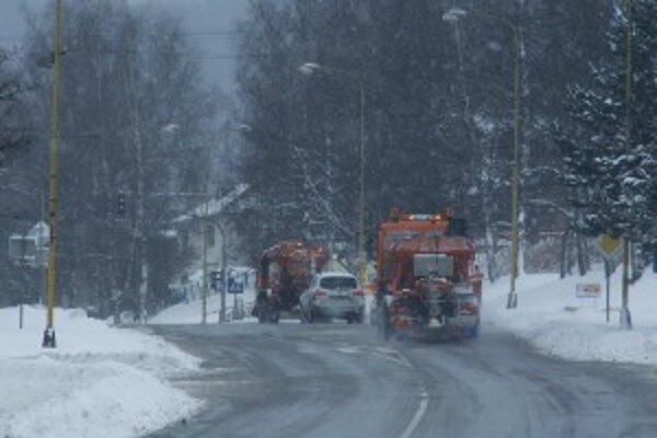 Nezodpovední  vodiči znepríjemňujú  prácu cestárov.