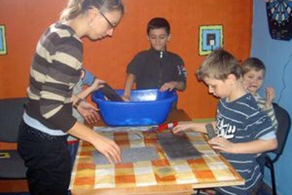 Na pozdravy, obrázky a koláže využili deti nepotrebné kartóny a papier