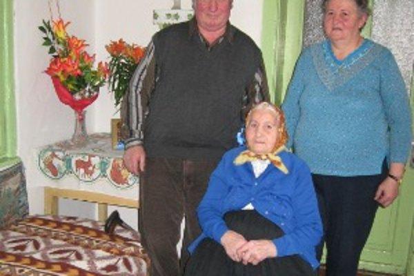 Stojedenročná  starenka z Čadce. Veronika Jurišová so synom Jozefom (vľavo) a dcérou Annou (vpravo).