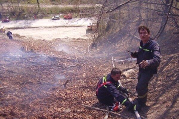 Vypaľovanie, pre hasičov sa stalo doslova morou - nielen nočnou.