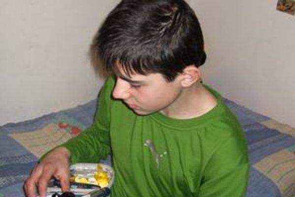 Štrnásťročný Michal trpí od vlani cukrovkou I. typu. Inzulín si pichá štyrikrát denne.