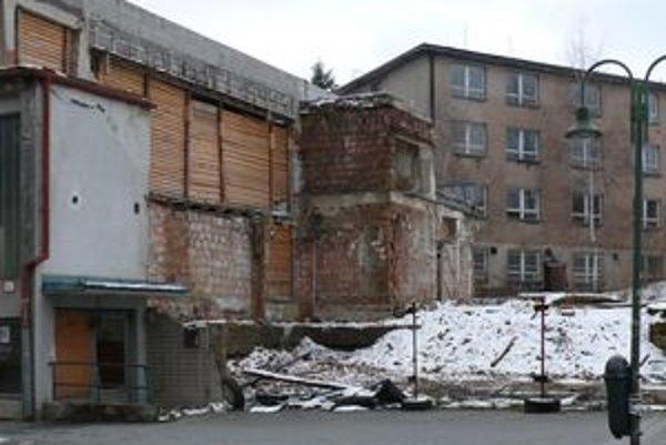 Z bývalého Palárikovho domu zostali len ruiny.