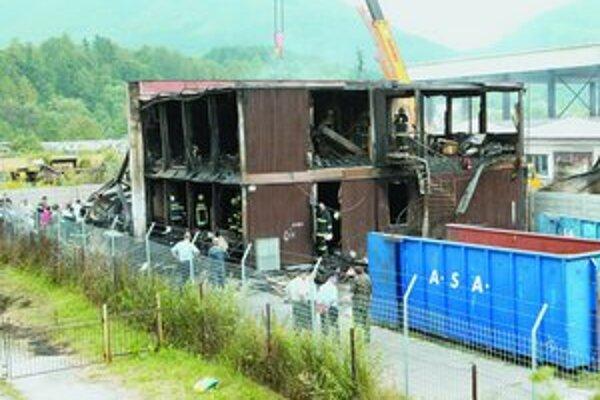 Zvyšky zhorenej ubytovne. Jej strecha a skelet sa zrútili dovnútra.