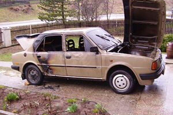 Škodovka vzbĺkla, jej majiteľa s ťažkými popáleninami previezli do nemocnice.