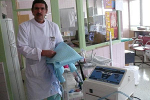 Tento moderný prístroj má zatiaľ Kysucká nemocnica s poliklinikou ako jediná na Slovensku. (Na snímke primár Peter Szeghy).