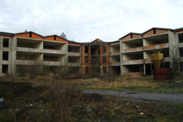 Škola chátra, messto uvažuje, že v nej vybuduje byty.