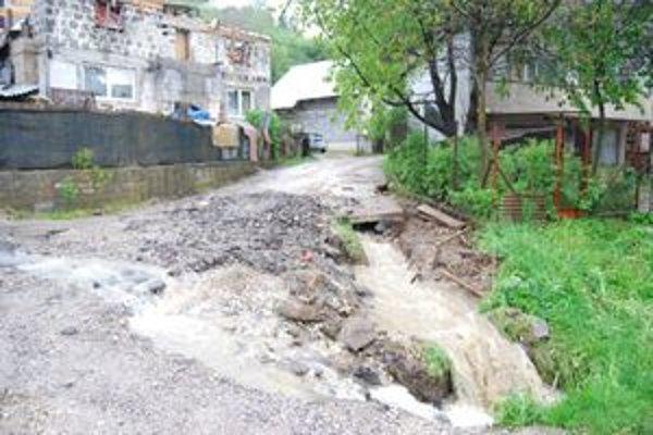 Aj obyvatelia prímestských častí Čadce majú problémy s valiacou sa vodou.