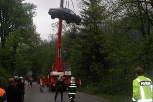 Auto dostali z potoka hasiči pomocou žeriavu.