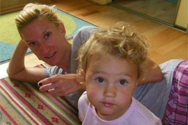 Adela je rodinný typ. Tentokrát prišla k rodičom pozrieť sestru Máriu s neterkou Natali, ktoré prišli z Prahy, kde je Mária vydatá. Neter má dva roky a Adela ju vraj zbožňuje.