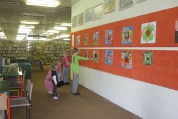 Výstava. Návštevníci knižnice si ju môžu pozrieť do konca augusta.