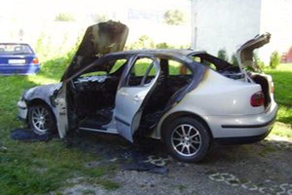 Vozidlo Seat Toledo zachvátil v noci požiar.