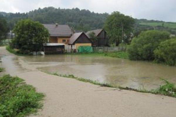 Zatopené dvory robia starosti aj obyvateľom Dunajova.