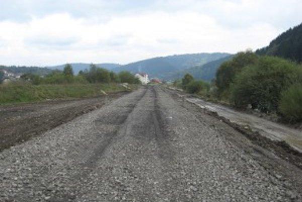 Cesta okolo Kysuce. V minulosti bola často neprejazdná, pretože sa na ňu vyliala okolopretekajúca rieka.
