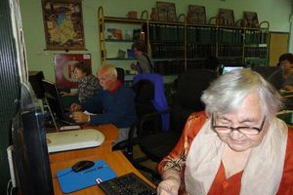 Seniori sa oboznamovali s prácou na PC.
