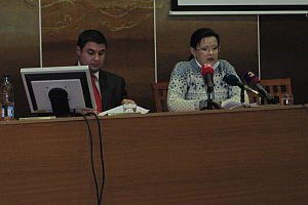 Na tlačovke s takisto odvolaným kandidátom na poslanca do mestského zastupiteľstva za SMER Viliamom Kocurekom.