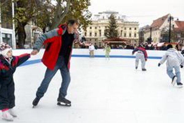 Na klzisku, ktoré pred pár rokmi umiestnili na Hviezdoslavovom námestí v centre Bratislavy, sa teraz budú korčuľovať obyvatelia Čierneho.