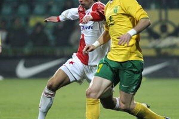 Peter Pekarík presvedčil o svojich kvalitách aj v stretnutí pohára UEFA. Žilina remizovala so Slaviou Praha. Pekarík v súboji s Dušanom Šventom.