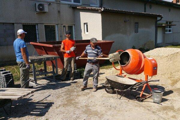 Ilustračná snímka z výroby zámockej dlažby v Šimonovciach.