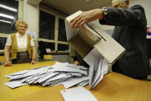 Vysýpanie hlasovacích lístkov z volebnej urny po prvom kole volieb prezidenta SR.
