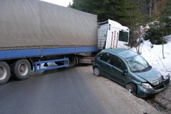 Nezvládli jazdu na zamrznutej ceste.