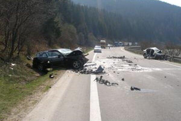 Vozovka si po nehode vyžiada opravy.