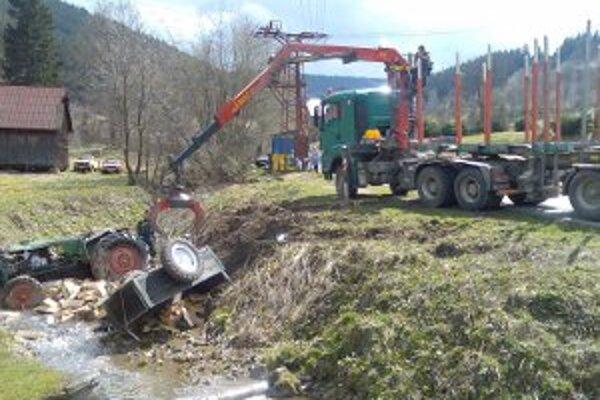 Traktor skončil v potoku.