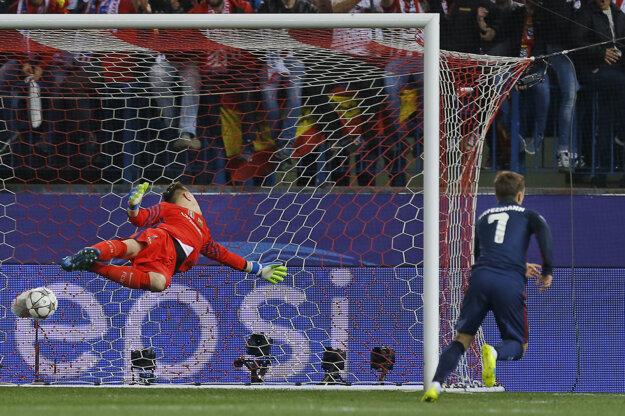 Antoine Griezmann strieľa prvý gól do siete Barcelony.