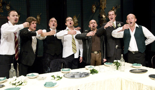 Vpravo Martin Nahálka v komédii Testosterón.