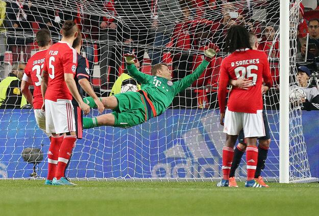 Brankár Bayernu Mníchov Manuel Neuer dostáva jeden z gólov na ihrisku Benficy Lisabon.