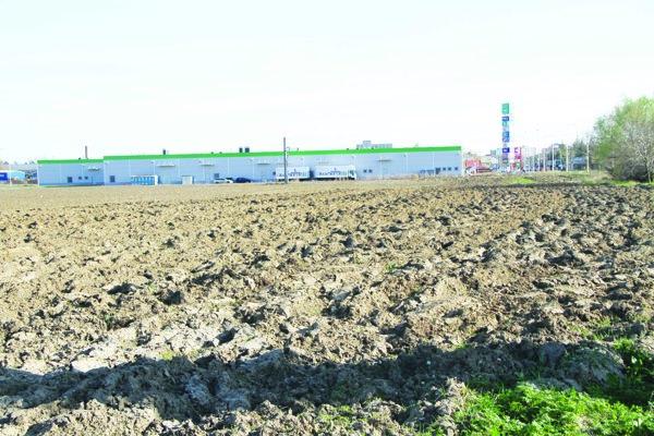 Pozemok pri výjazde na mestskú časť Nebojsa dostalo mesto darovacou zmluvou.