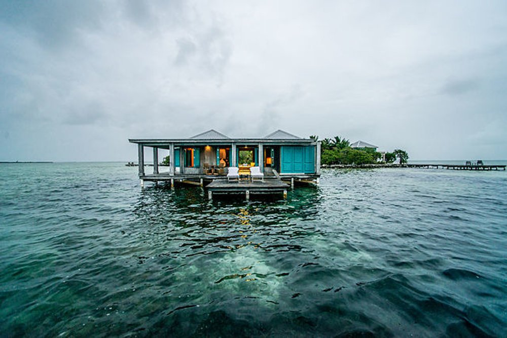 Vodný bungalov v Karibskom mori v Belize.