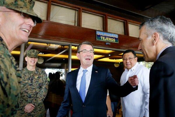 Americký minister obrany Ash Carter pristál na palube americkej lietadlovej lode John C. Stennis v Juhočínskom mori.