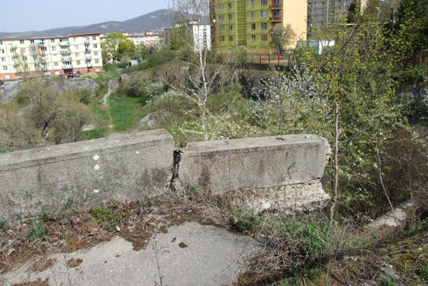 Časť betónových zábran nad baňou sa prepadla. Nad nimi je ešte plot.