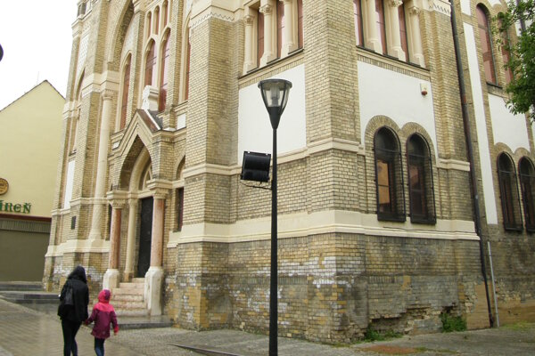 Dolná časť synagógy je poškodená vlhkosťou.
