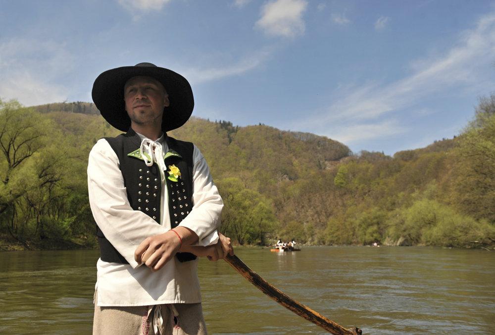 Tradíciu plavenia pltí dolu Váhom v Strečne obnovili v roku 1999.