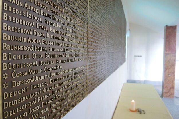 Tabuľa s menami 1573 židovských spoluobčanov z Trenčianskeho okresu, umučených v koncentračných táboroch a padlých v Slovenskom národnom povstaní.